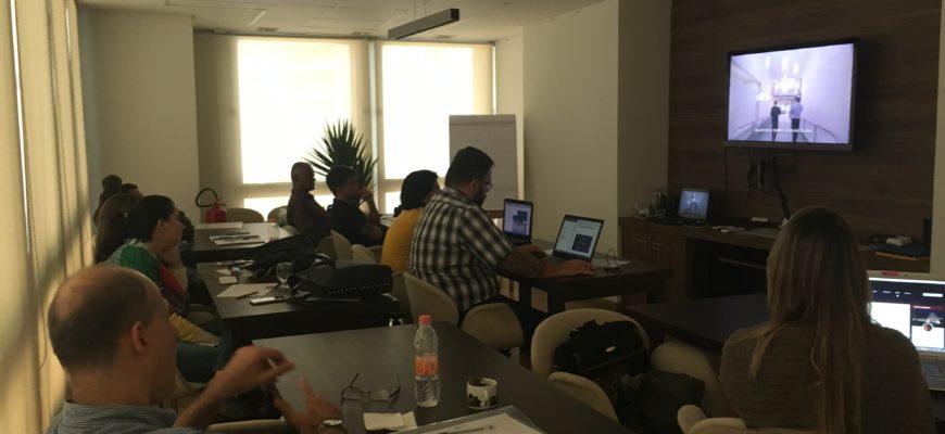 foto de uma sala com alunos assistindo um vídeo sobre acessibilidade para surdos