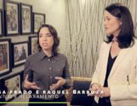Imagem do vídeo sobre a mostra com a Arq. Elisa Prado (esquerda) e Arq. Raquel Barboza (direita), no ambiente Convívio e Relaxamento.